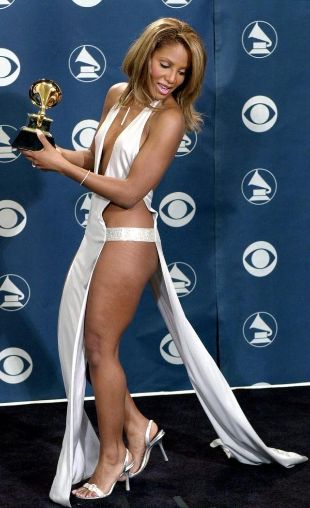 Nữ ca sĩ Mỹ Toni Braxton (50 tuổi) đã rất mạo hiểm với lựa chọn thời trang này khi tới dự lễ trao giải âm nhạc Grammy hồi năm 2001.