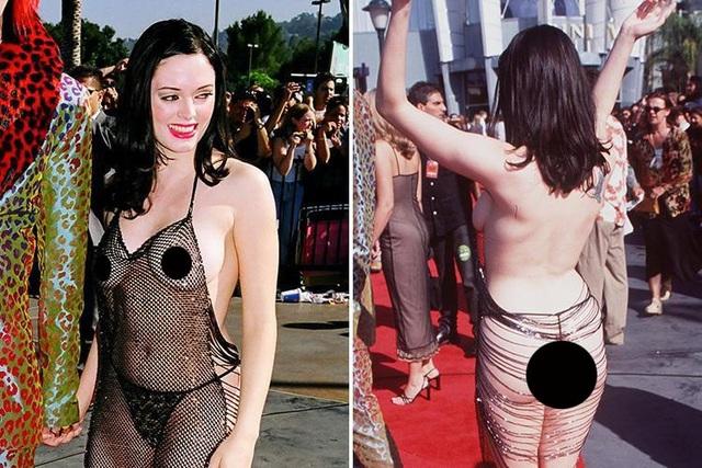 """Nữ diễn viên của loạt phim truyền hình """"Phép thuật"""" - Rose McGowan (44 tuổi) đã từng có thời kỳ gợi cảm quá đà như thế này. Ảnh chụp cô tới dự lễ trao giải âm nhạc MTV năm 1998."""
