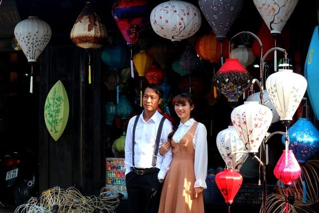 Nhiều cặp đôi chọn hình ảnh đèn lồng để cùng ghi lại những khoảnh khắc ngọt ngào tại Hội An