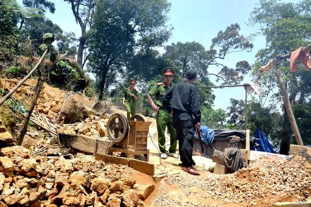 Lực lượng chức năng truy quét, tiêu hủy lán trại của những đối tượng khai thác trái phép