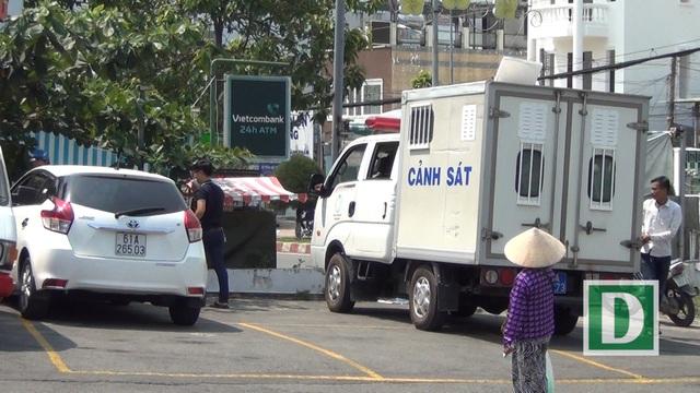 Lực lượng chức năng đến khám nghiệm hiện trường vụ đập kính xe ô tô trộm tài sản.