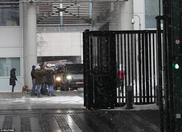 Trước khi họ rời Moscow, các nhân viên đại sứ quán Anh tại đây đã tập trung bên ngoài trời tuyết để chào tạm biệt các đồng nghiệp khi đoàn xe chở 23 nhà ngoại giao và người thân rời đi. (Ảnh: Reuters)