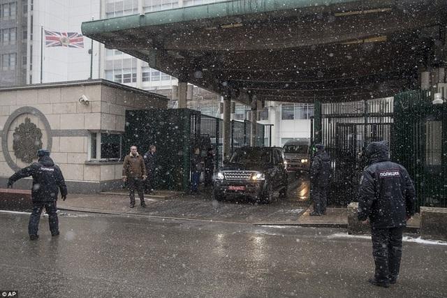 Họ bị trục xuất do cuộc đối đầu ngoại giao căng thẳng giữa Nga và Anh sau vụ cựu đại tá tình báo Nga Sergei Skripal nghi bị đầu độc bằng chất độc thần kinh. Trước đó, 23 nhà ngoại giao Nga và người thân tại London cũng hồi hương theo lệnh trục xuất của Anh. (Ảnh: AP)