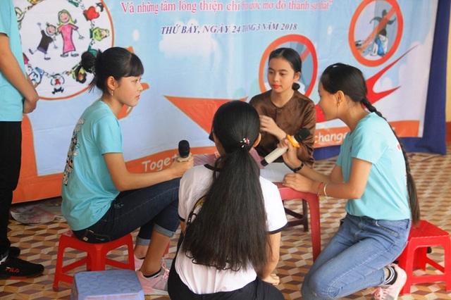 Học sinh xây dựng tiểu phẩm với nội dung nói về bạo lực gia đình