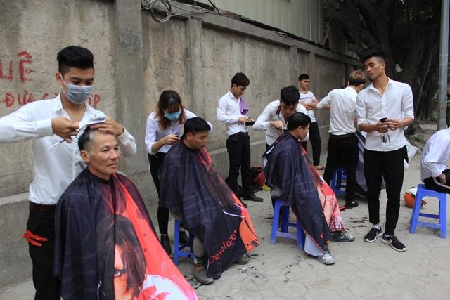 """""""Salon tóc vỉa hè"""" lúc nào cũng đông nghịt khách."""