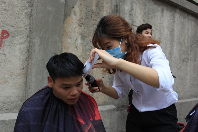 Cả những bạn gái có kỹ năng cắt tóc tốt thì cũng đều tham gia việc cắt tóc miễn phí.