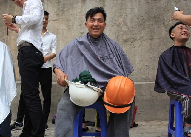 Anh Luyện, một công nhân xây dựng tại công trình trên đường Kim Mã hồ hởi vì được cắt tóc miễn phí.