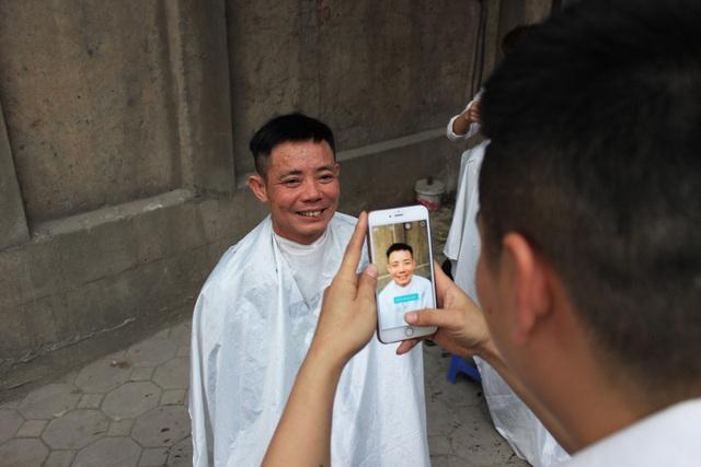 Các khách hàng sau khi được cắt tóc xong, họ còn được các tay kéo chụp ảnh lại để xem đã vừa ý hay chưa.