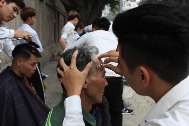 Đối tượng mà các bạn trẻ phục vụ cắt tóc miễn phí là những công nhân xây dựng, lái xe ôm và những người nghèo...