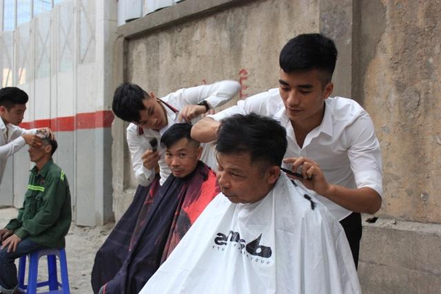 Mọi người đến đây không chỉ được hớt tóc miễn phí mà còn được tư vấn kiểu tóc phù hợp.