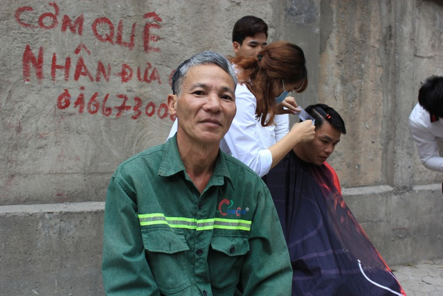 Bác Trần Hải Chiến, 60 tuổi, một công nhân xây dựng cho biết: Bác thực sự rất vui khi được các bạn trẻ tại đây cắt tóc cho mình bởi vì hôm nay đi làm bác cũng không mang tiền.