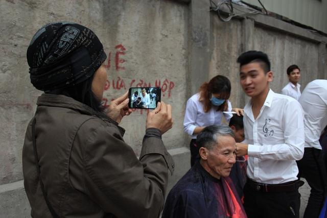 Nhiều người đi đường thấy hành động đẹp của nhóm bạn trẻ cũng dừng xe lại và chụp ảnh để làm kỉ niệm.