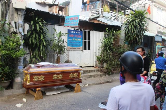 Do tâm lý không ổn định cộng với không có tiền nên em trai đã chôn chị gái mình trong nhà