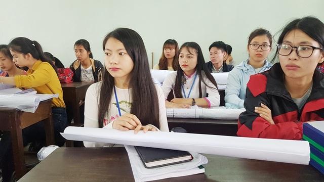 Nét căng thẳng từ các nữ sinh viên chuẩn bị bảo vệ khóa luận