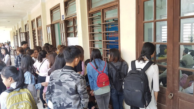 Các sinh viên đứng ngoài các phòng bảo vệ theo dõi buổi bảo vệ lần đầu tiên có sự tham gia doanh nghiệp về chọn người tài