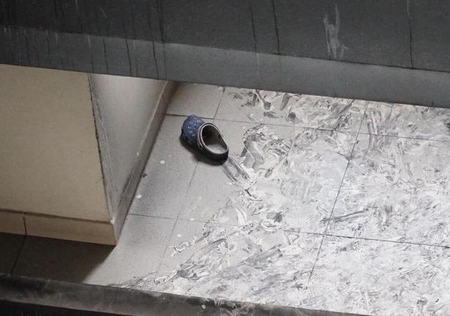 Một chiếc dép của nạn nhân tại hiện trường
