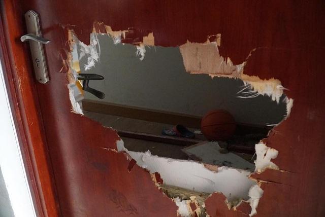 Dấu vết cửa căn hộ bị phá để cứu người vẫn còn lại