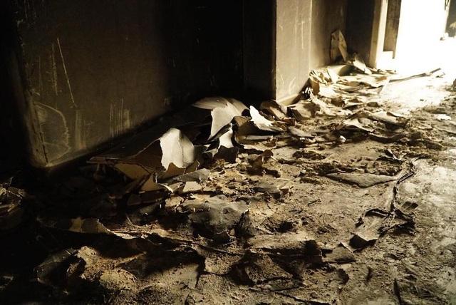 """Ám ảnh những """"dấu vết"""" bên trong chung cư cháy khiến 13 người chết - 13"""
