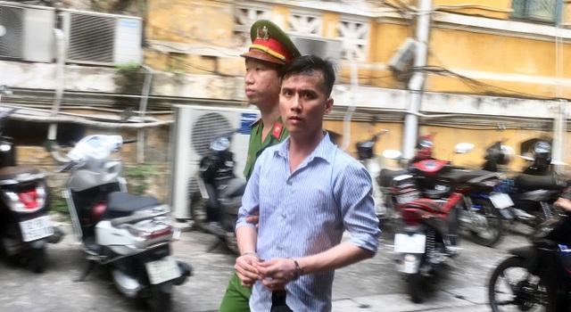 Bị cáo Thiện bị dẫn giải về trại giam sau phiên tòa.