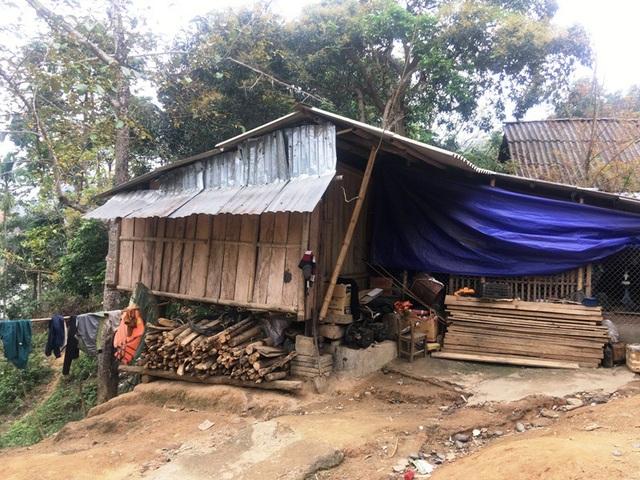 Nhiều gia đình đã dỡ nhà nhường đất cho khu tái định cư phải ở tạm bợ trên đất mượn