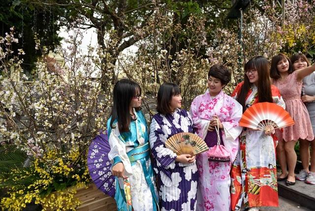 Một nhóm bạn trẻ Việt Nam mặc trang phục Kimono Nhật Bản để chụp ảnh.