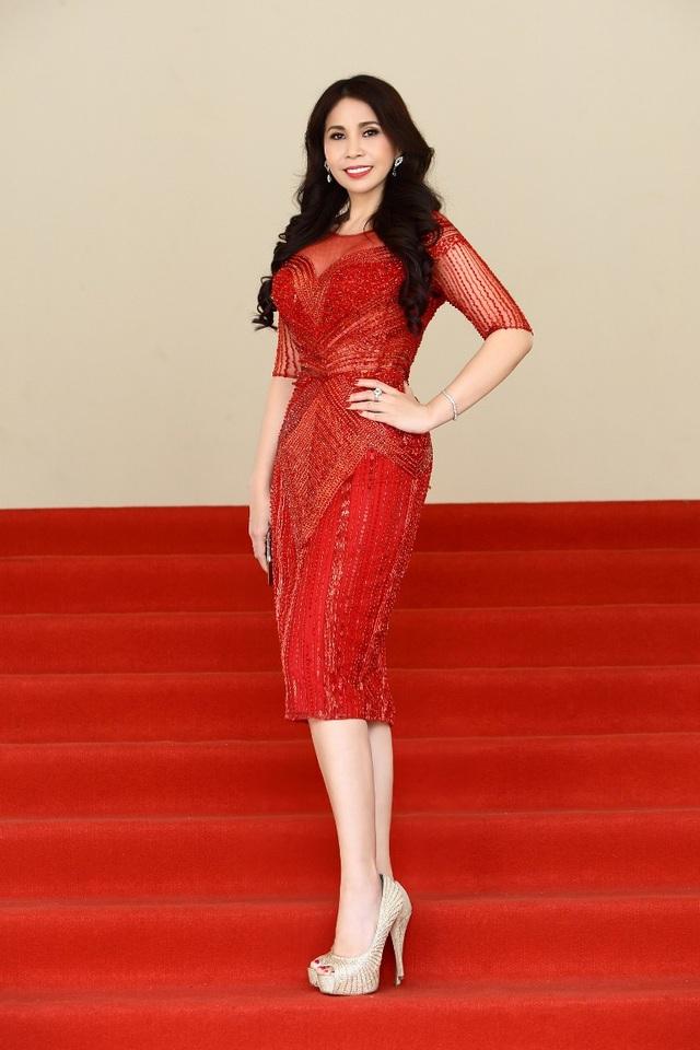 Lý Hương xuất hiện trên thảm đỏ ấn tượng với vẻ sang trọng, đẳng cấp và quý phái