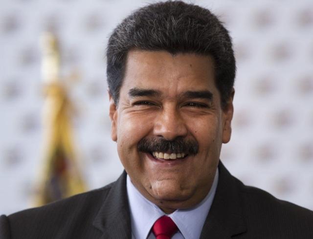 Ông Nicolas Maduro quyết định dùng tờ tiền 100 bolivar thay thế cho tờ 100.000 bolivar bắt đầu từ 4/6 tới. (Nguồn: Ariana Cubillos, File/Associated Press)