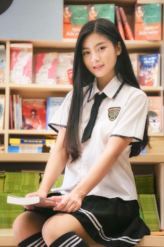 Nam Phương mặc trang phục nữ sinh giản dị, ánh mắt dịu dàng, má lúm đồng tiền duyên dáng là điểm cộng cho cô gái xinh đẹp, tài năng này.