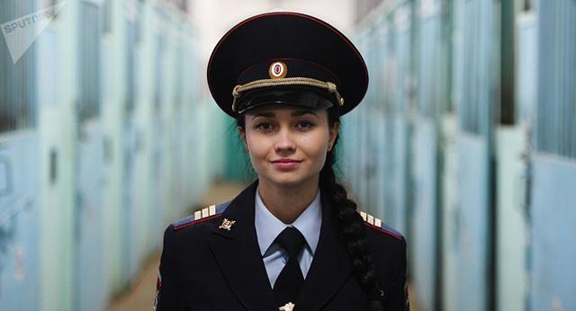Nữ cảnh sát Nga (Ảnh: Sputnik)