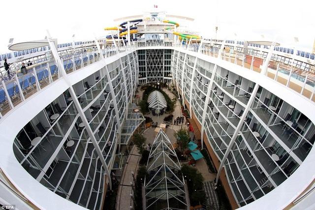 Ngày 23/3, hãng chế tạo tàu Pháp STX đã chính thức chuyển giao cho Tập đoàn Tàu biển Royal Caribbean International siêu du thuyền Symphony of the Seas, du thuyền có kích thước lớn nhất thế giới vào thời điểm hiện tại. (Ảnh: EPA)