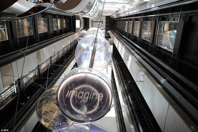 Vào buổi tối, hành khách trên tàu sẽ được thưởng thức các màn trình diễn mang phong cách nhạc kịch Broadway ngay trên boong. (Ảnh: EPA)