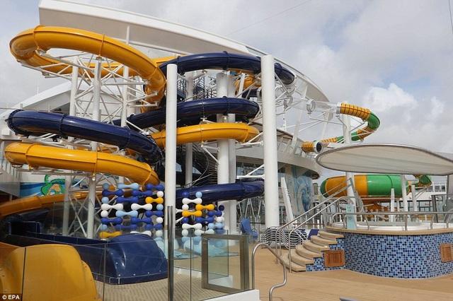 Có khoảng 23 bể bơi và đường trượt nước cho hành khách trên du thuyền. Symphony of the Seas cũng là tàu đạt kỷ lục đường ống trượt trên biển cao nhất thế giới, xấp xỉ 30,5 m. (Ảnh: EPA)