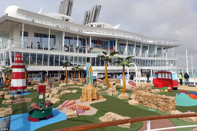 Symphony of the Seas được đóng trong vòng 2 năm. Du thuyền có thể chứa tối đa 8.000 người bao gồm 2.200 nhân viên. (Ảnh: EPA)