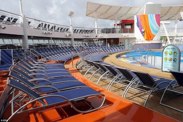 Khu bể bơi với những ghế dài tắm nắng (Ảnh: EPA)