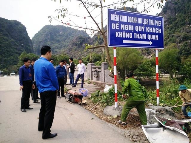 Biển báo để khách du lịch không vào điểm kinh doanh du lịch trái phép được chính quyền tỉnh Ninh Bình đặt gần cổng vào khu Tràng An cổ.