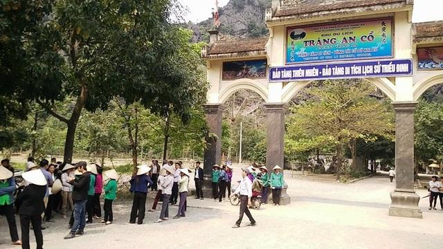 Hàng chục người dân làm nghề chèo đò, bán hàng ở điểm du lịch Tràng An cổ kéo ra ngăn cản không cho lực lượng chức năng cắm biển báo.