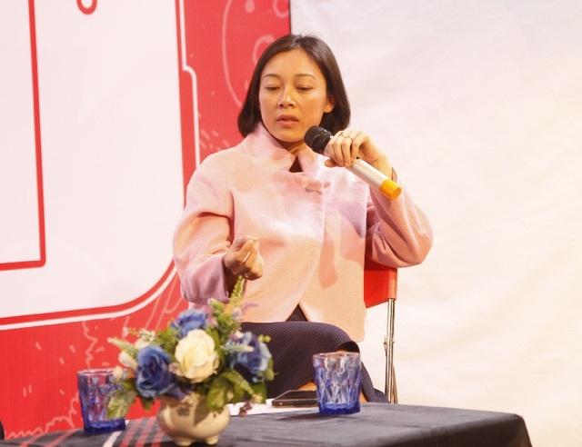 """Nhà báo Hoàng Thị Thu Hường (Phó Giám đốc tổ chức ISEE) so sánh """"Bố mẹ như món ăn truyền thống, trong khi Youtube là buffet"""""""