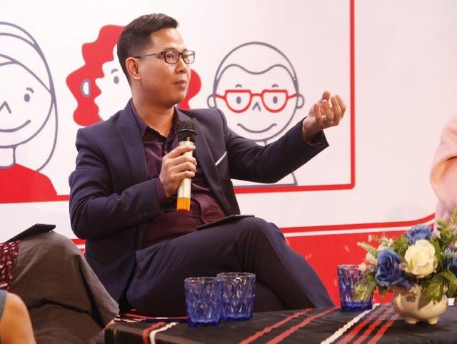 Tiến sĩ tâm lý Trần Thành Nam (ĐH Quốc Gia Hà Nội) cho rằng thói quen sử dụng Youtube của trẻ xuất phát từ sự gợi ý của bố mẹ và gián tiếp từ chính Youtube.