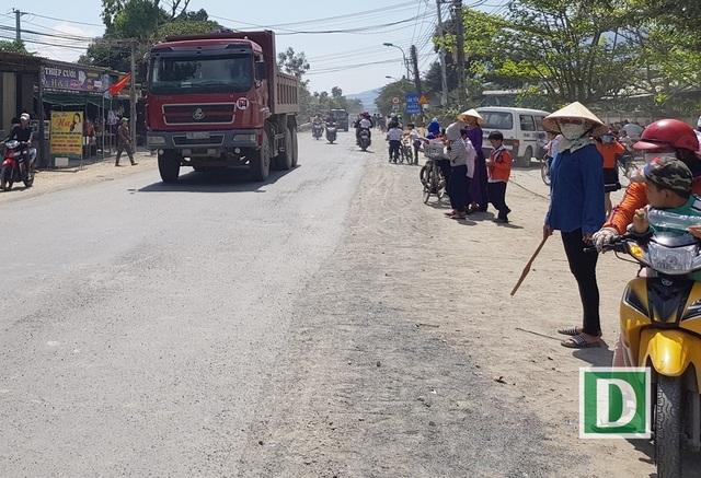 Ngoài ra, các cô giáo bảo mẫu cũng cẩn thận chờ cho xe qua mới đưa học sinh qua đường