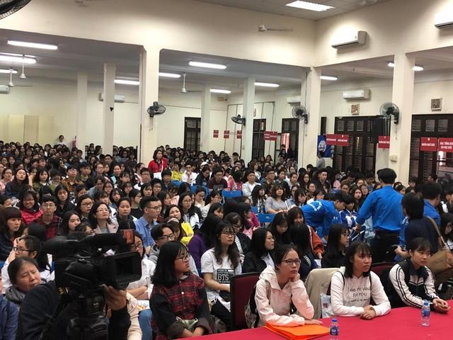 Học sinh ngồi chật kín hội trường nghe tư vấn tại Ngày hội tuyển sinh của trường ĐH Hà Nội