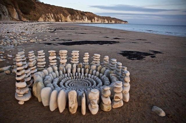 Tĩnh lại để chiêm ngưỡng những vòng tròn đá cuội tĩnh lặng - 1