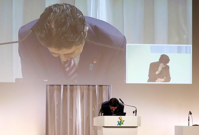Thủ tướng Shinzo Abe cúi đầu xin lỗi khi phát biểu tại phiên họp của đảng hôm 25/3 (Ảnh: Reuters)