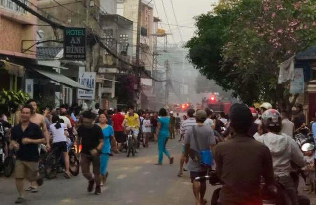 Người dân trong hẻm hỗn loạn trong lúc cháy