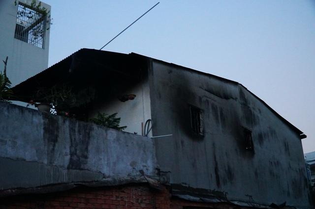Căn nhà bị cháy ám khói trên khung cửa sổ