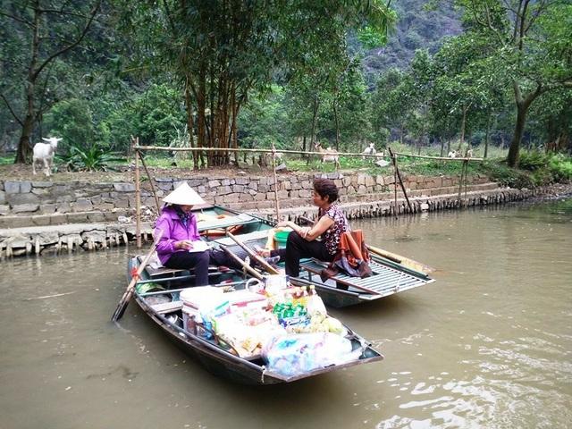 Phút bình yên sau những giờ đắt hàng của hai người phụ nữ tại chợ nổi độc đáo có một không hai ở Ninh Bình.