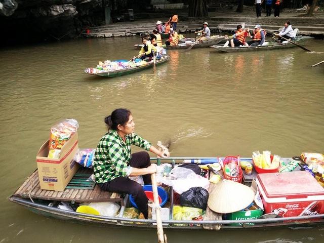 Bình thường những người phụ nữ bán hàng sẽ neo thuyền một chỗ trên sông. Khi có khách, họ sẽ chèo thuyền đến chào hàng. Những người bán hàng ở đây mọi người đều hiểu nhau nên không có cảnh tranh giành khách xảy ra. Cảnh mua bán diễn ra rất yên bình, lặng lẽ.