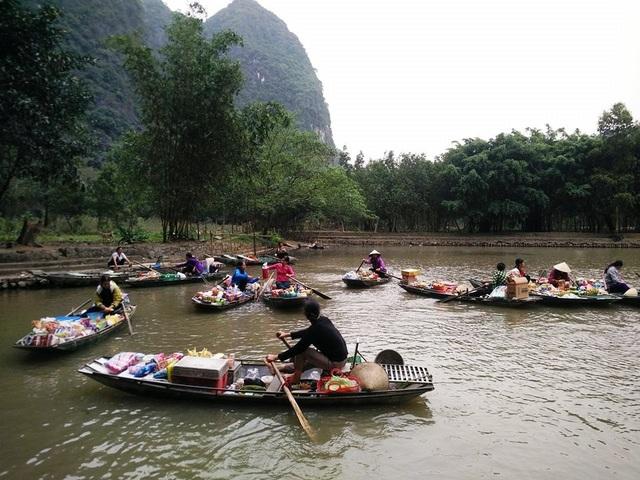Toàn cảnh khu chợ nổi ở Tam Cốc - nơi được ví như vịnh Hạ Long trên cạn.