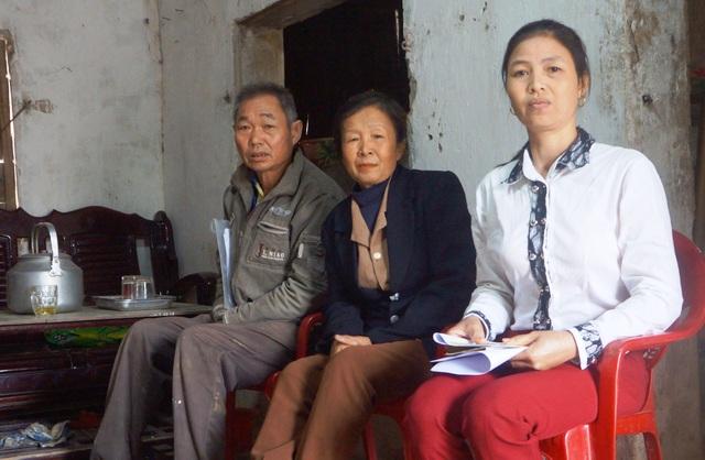 Nhiều người dân tỏ ra bức xúc trước quyết định tháo dỡ nhà, ki ốt của ông Đặng Văn Tú - Chủ tịch xã.