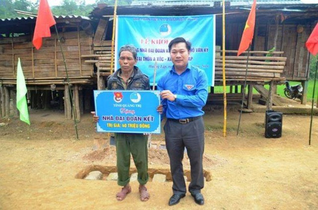 Anh Nguyễn Khánh Vũ, Bí thư Tỉnh Đoàn Quảng Trị tặng biển tượng trưng hỗ trợ nhà Đại đoàn kết cho người dân xã Hướng Lập