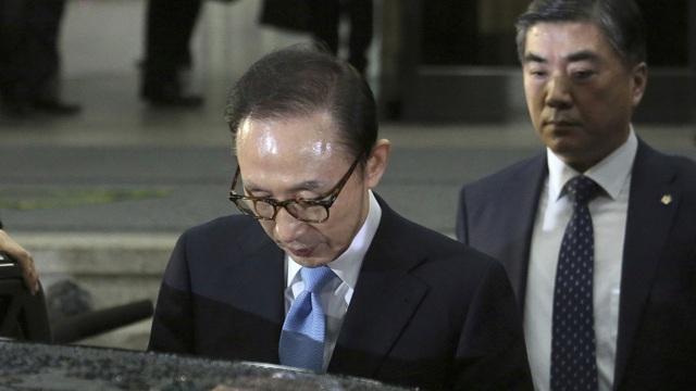 Cựu Tổng thống Lee My-ung bak rời Văn phòng công tố trung tâm Seoul sau khi bị triệu tập thẩm vấn hôm 15/3 (Ảnh: AP)